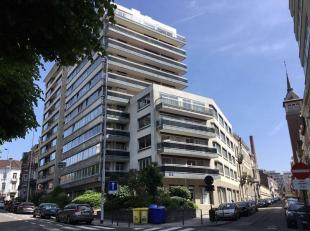 Prachtig appartement op de 6de verdieping met uniek zicht op de squares. Ruime inkomhal met ingemaakte kasten en een apart toilet. Lichtrijke leefruim