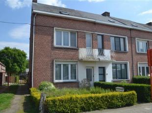 Maison à rénover avec garage séparé sur un terrain de 295 m². <br /> Hall, deux salons attenants (36 m²) avec un