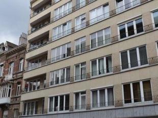 Ruim, gemeubeld 3-slaapkamer appartement op de 3de verdieping. Inkomhal, slaapkamer, grote living met eetplaats en aansluitend balkon. Volledig ingeri
