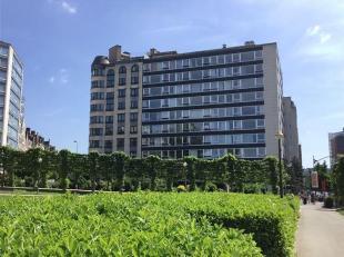 Studio op de 2de verdieping van een flatgebouw met zicht op Square Ambiorix. Inkom, keukenblok met eethoek. Lichtrijke leefruimte met slaaphoek. Aansl