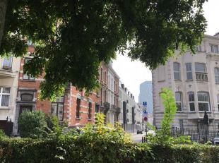 Bel appartement au 3ième étaged'une charmante maison de maître. Living avec en annexe une cuisine équipée. Salle de