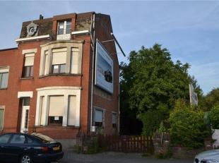 Maison avec un jardin à l' arrière. <br /> La maison a une hall d'entrée, living, suivie d'une cuisine de base et d'un grand rang
