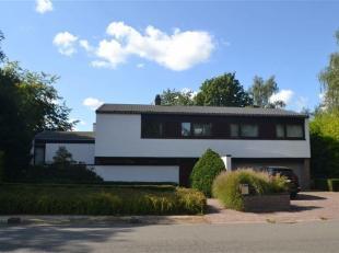 Mooie villa gelegen in de Lievekensbossen te Schiplaken op een groot terrein van totaal 2.225 m2.<br /> Inkomhal met bureauruimte, toegang naar de dub