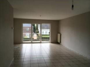 Ruim duplex-appartement nabij het centrum van Lommel. Indeling: woonkamer met open keuken, toielt, wasplaats, 2 slaapkamers, badkamer, kelderberging e