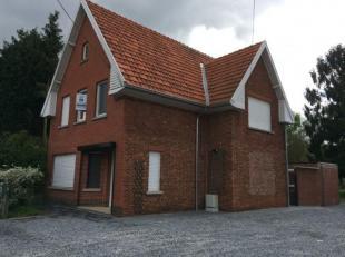 Volledig gerenoveerde woning, moet binnen gezien worden. Indeling: inkomhal, woonkamer met open ingerichte keuken, wasplaats, 2 ruime slaapkamers, kin