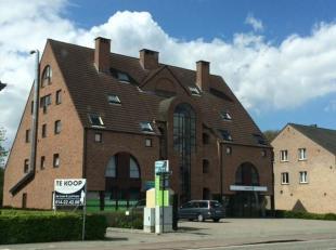 Ruim duplex-dakappartement nabij het centrum van Mol, instapklaar. Indeling: inkomhal, toilet, ruime woonkamer met open ingerichte keuken, wasplaats,