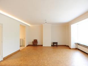 Ruim appartement (135m2), gelegen op het Leopoldplein vlakbij winkels, restaurants, openbaar vervoer.<br /> Indeling: ruime inkomhal met gastentoilet