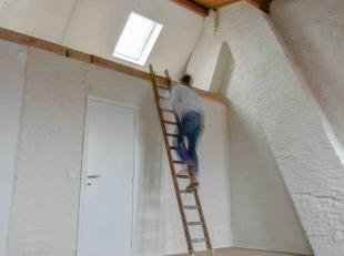 MEER INFO: www.made.estate/w289<br /> <br /> Het appartement op het derde verdiep scheert hoge toppen! De kolossale houten plafonds werden volledig ge