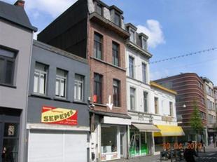 Commercieel gelegen winkelpand (80m²) in de Driekoningenstraat 100 te 2600 Berchem.  Gelijkvloers  gerenoveerd op zéér centrale lig