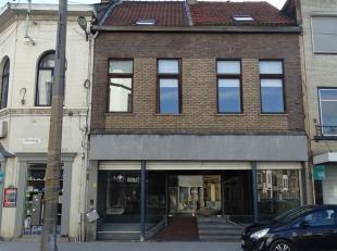 Centraal gelegen handelswoning met ruime handels gelijkvloers (150m²) en kelderruimte met aparte wc op de Herentalsebaan 270 te 2100 Deurne.  Op
