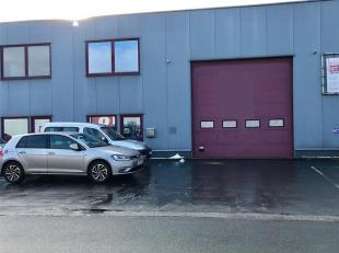 Verwarmd magazijn van 460m² met sectionale poort van 4,20 m.<br /> Gepolierde betonvloer , ruime indeling - Vrije hoogte onder de spanten van 6,2