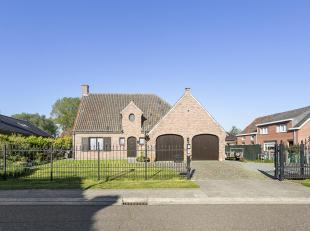 Goed onderhouden villa op een mooi aangelegd perceel van 1026 m². Via de inkomhal met eiken trap & gastentoilet betreedt u de ruime & lic