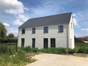 Deze halfopen bebouwing, op een perceel van 282 m², bestaat uit een aparte inkomhal met vestiaire, trappenhal en gastentoilet, een woonkamer met
