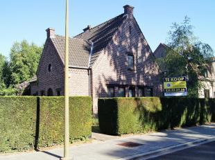 Zeer goed gelegen villa op 7a 20ca in een doodlopende straat in een residentiële wijk. Deze stijlvolle villa is na een opknapbeurt een parel om i