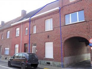 Deze te renoveren rijwoning is gelegen op wandelafstand van centrum Tienen en is makkelijk bereikbaar via E40, trein of bus. De woning omvat op het ge
