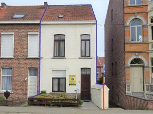 Deze woning is gelegen in de voorstad van Tienen en is zeer makkelijk bereikbaar via E40, trein of bus. De woning omvat op het gelijkvloers: inkom, le