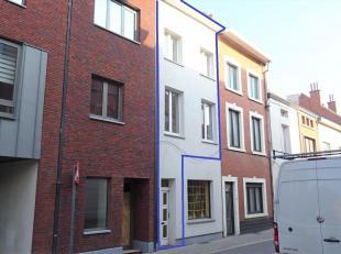 Deze triplex werd grondig gerenoveerd in 2017 en is gelegen in het centrum van Tienen. Daar ook zeer makkelijk bereikbaar via E40, trein of bus. Grote