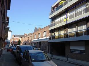 In het centrum van Tienen bieden wij dit gezellig appartement te huur aan. Gelegen op de tweede verdieping, bereikbaar via lift. Het omvat: inkom, zee
