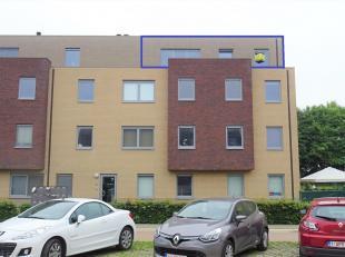 Dit appartement van 2013 is gelegen op de derde verdieping en is bereikbaar via lift. Zeer makkelijk bereikbaar via E40, trein of bus met dichte nabij