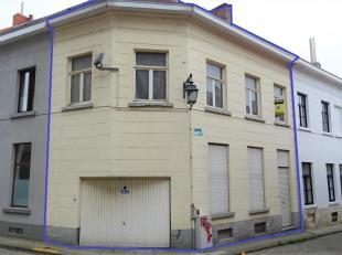 Deze interessante woning is zeer mooi gelegen in het centrum van Tienen en biedt veel potentieel. Makkelijk bereikbaar via E40, trein of bus. Het geli