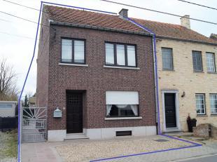 Ruime gezinswoning op een perceel van 3a 17ca nabij de dorpskern, school, apotheker en buurtwinkel. De woning omvat op het gelijkvloers: inkom, salon,