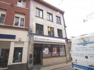 In het hartje van centrum Tienen vindt u dit ruim en modern appartement op een boogscheut van de grote markt. Het omvat een mooie en heldere woonkamer