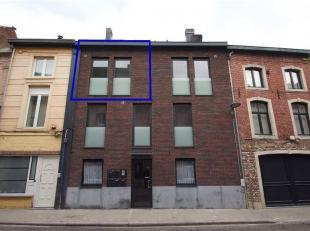 Mooi duplexappartement met veel lichtinval op het tweede verdiep (zonder lift) in het centrum van Tienen. Dit appartement omvat: leefruimte, eetplaats