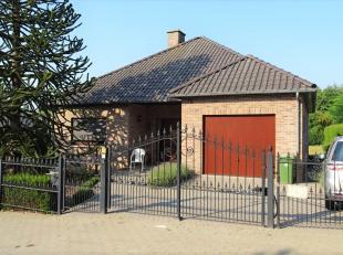 Deze instapklare bungalow dateert van 1991 en is zeer rustig gelegen. Doch nabijheid van winkel, bank en school en makkelijk bereikbaar via E40, trein