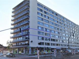 Goed gelegen te renoveren ruim appartement gelegen op de 3de verdieping en bereikbaar met lift en nabij het centrum. Het appartement omvat: inkomhal,