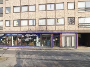 Zeer goed gelegen en ruim handelsgelijkvloers geschikt voor winkel-, kantoor of magazijnruimte. Het bouwjaar is 1990 en het pand is gelegen aan het st