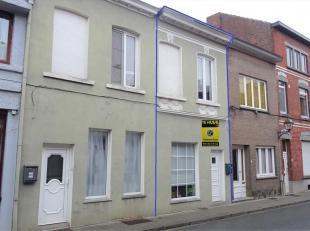 Rijwoning nabij het centrum van Tienen vlakbij het treinstation. De woning omvat: inkomhal met apart toilet, leefruimte, eetplaats, keuken, bureauhoek