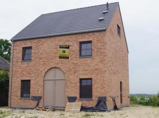 Ruime en mooi gelegen villa in het landelijke Hauthem bij Hoegaarden. Deze nieuwbouwwoning heeft een E-peil van minder dan 20 en is gelegen op een zui