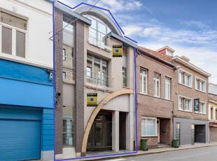 Prachtig gebouw bestaande uit handelsruimte van 187m² met kelder op het gelijkvloers en luxueus duplexappartement van 160m² , elk met aparte