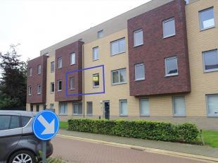 Modern, instapklaar appartement met 2 slaapkamers en groot terras. Makkelijk bereikbaar via E40, trein of bus met dichte nabijheid van winkel, bank, r