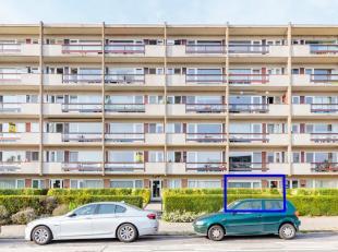 Op een rustige invalsweg van het centrum van Tienen en kort bij de oprit van de E40 bevindt zich dit deels gerenoveerd appartement. Het beschikt over
