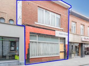 Gunstig gelegen zeer grondig te renoveren woning In het centrum van Tienen, bestaande uit een grote leefruimte op het gelijkvloers met een aansluitend