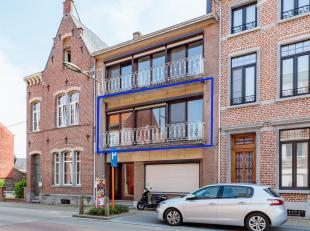 Op een zeer gunstige ligging in het centrum van Hoegaarden ligt dit duplexappartement bestaande uit: een ruime living, keuken, groot terras, hal en wa