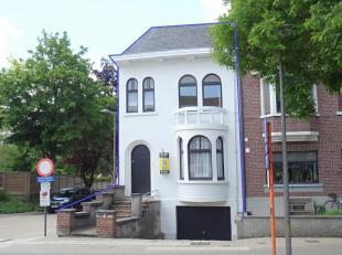 Deze te renoveren, halfopen woning is zeer goed gelegen in centrum Tienen op wandelafstand van het trein- en busstation (ca. 5 min.). Tevens makkelijk