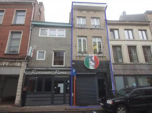 Gelegen pal in het centrum op slechts 20 m van de Grote Markt vindt u dit pand met handelsruimte op het gelijkvloers en triplex appartement met aparte