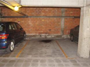 Ruime ondergrondse parkeerplaats in een beveiligde residentie (camerabewaking) met automatische sectionale poort. Afmetingen: 4,66m x 2,85m.