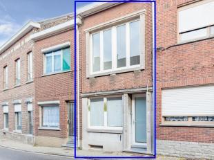 Deze instapklare woning is recent gerenoveerd met een luxe afwerking. Op het gelijkvloers bevinden zich de hall, een bureelruimte,  de living met mode