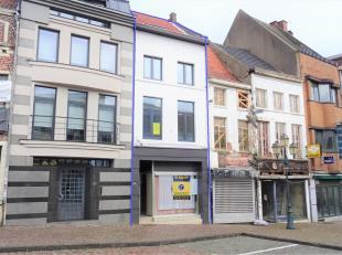 Deze opbrengsteigendom met 3 appartementen is zeer goed gelegen in centrum Tienen. Makkelijk bereikbaar via snelweg, trein of bus met dichte nabijheid
