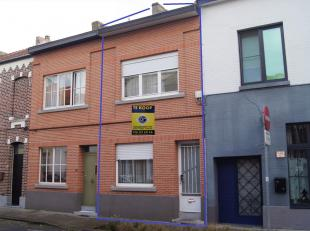 Goed gelegen gezinswoning op een perceel van 1a 10ca gelegen pal in het centrum nabij scholen, winkels en station op 300m. Dit goed wordt verkocht met