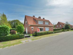 Deze oerdegelijke betonnen half open woning heeft een gezellige tuin en garage. Ze is gelegen aan de rand van Gent met Evergem in een zeer rustige, ki