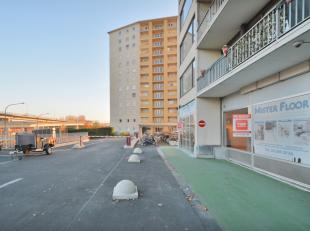 Het pand is gelegen op het gelijkvloers van residentie Belvedere Esplanada Scaldis, vlakbij de Gaston Crommelaan en de op-en afrit van de B401 (toegan