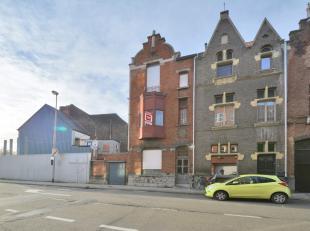 Dit eclectisch burgerhuis ontworpen door JG Semey is gelegen op 5 minuten van Gent centrum en het op- en afrittencomplex  B401, het beschikt over een