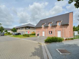 Deze instapklare recente woning (bouwjaar 2015) is rustig en residentieel gelegen in een kindvriendelijke, groene straat te Wippelgem.<br /> Het betre