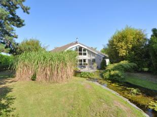 Gelegen in een residentiële, rustige wijk met veel groen, op 2 minuten van Evergem centrum en de R4 treft u deze architecturale villa van de hand