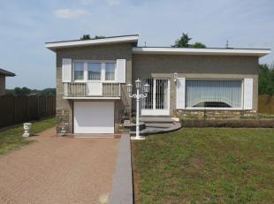 Ruime, open bebouwing, gelegen op een mooi perceel met uitzicht op groen. De woning heeft een ruime inkomhal, deze geeft toegang tot de woonkamer. In