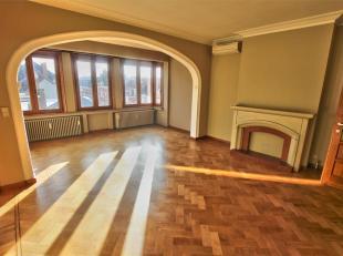 MONTGOMERY / SAINT MICHEL: Prachtig appartement van ± 110 m² op de bovenste verdieping van een klein gebouw. Bestaande uit: een inkomhal,
